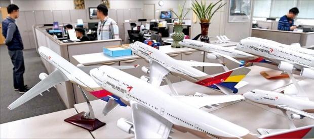 산업은행 등 채권단이 이르면 오는 25일 아시아나항공 매각입찰 공고를 낼 계획이다. 롯데와 한화 GS 등 대기업이 인수전에 뛰어들지 관심을 모으고 있다. 사진은 서울 오쇠동 아시아나항공 본사 모습.  /한경DB