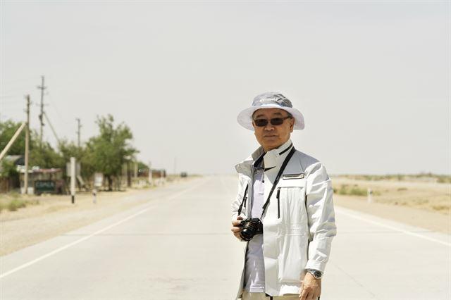 2018년 5월 김석동 전 금융위원장이 우즈베키스탄의 키질쿰 사막을 횡단하며 현지 답사 연구를 하고 있다. 김석동 전 금융위원장 제공