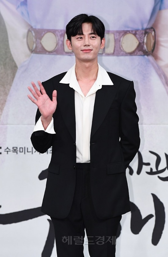 <p> 17 Afternoon Seoul MAPO-GU Sangam MBC Golden mouse Hall in MBC new item drama 'a new pipe to command(a play Kim Lake / rendering the river water, Han Hyun-hee), a production briefing was held.</p><p>This day, actor Lee JI Hoon is posing in.</p><p>Shin Se-kyung, the car is, the night before the hero, Lee JI Hoon, Hyeon is the nature of the 'new Museum by the command' - line of the problematic female(女史) to spirit(Shin Se-kyung Min)and reversed the console as Prince in this picture(the car is), and 'need' the fullness of the romance thread to it.</p><p>- Copyrights ⓒ & heraldbiz</p>