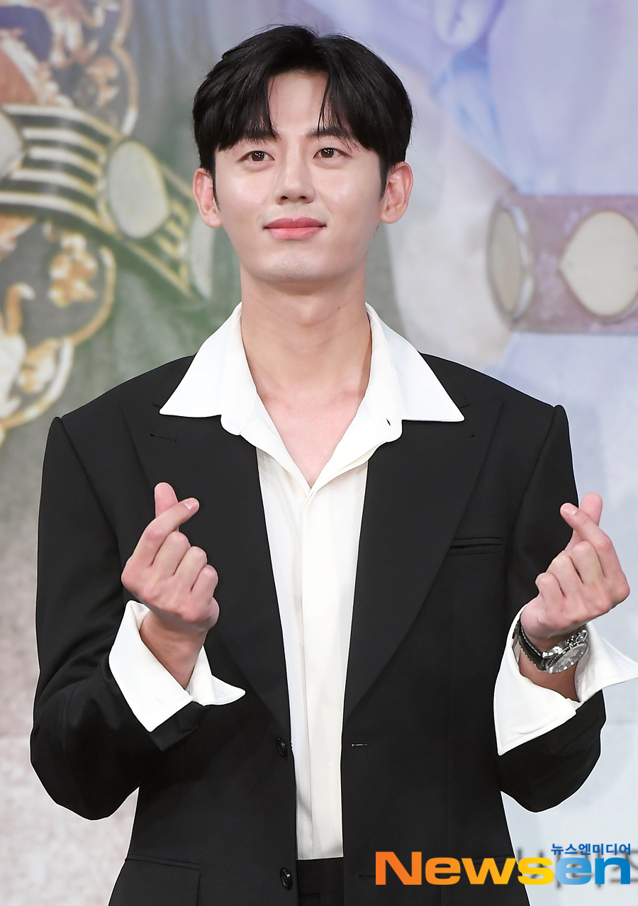 <p>MBC tree mini series new pipe to command production presentation 7 November 17 Afternoon, MAPO-GU, Seoul MBC Sangam new building of the Golden mouse Hall in the open.</p><p>This day, Lee JI Hoon is posing in.</p><p>Shin Se-kyung, the car is, the night before the Hero starring the new Museum by the command - line of the problematic female(女史) to the command and reverse all of the console the Prince for the picture of the need fullness romance annals. Lee JI Hoon, Park Hyun, such as youth Actors and Kim by, Kim Min-normal, up the hill, a Holy day, such as smoke wonderful Actors in this shot are.</p>