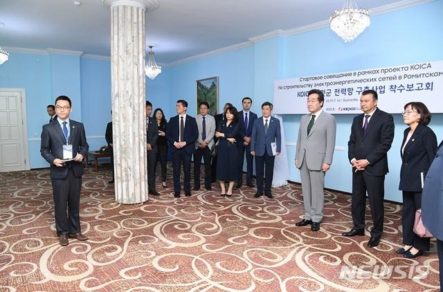 【서울=뉴시스】 16일(현지시간) 이낙연 국무총리와 코히르 라술조다 타지키스탄 총리가 코이카(KOICA)가 타지키스탄에서 진행 중인 전력망 구축사업 현황을 보고 받고 있다. 2019.07.17. (사진=이낙연 총리 페이스북) photo@newsis.com
