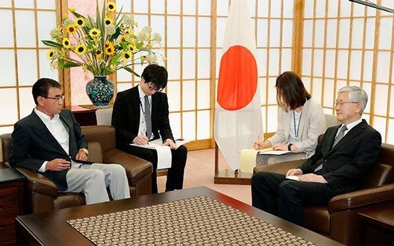 남관표 주일 한국대사(오른쪽)가 19일 일본 도쿄 외무성 접견실에서 고노 다로 일본 외무상을 만나 대화하고 있다. AP 뉴시스