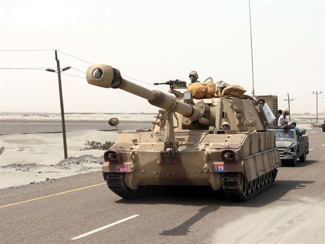 2015년 8월 8일 M109 자주포를 장착한 아랍에미리트(UAE) 육군 탱크가 예멘 남부 항구도시에서 후티반군 격퇴를 위한 군사 작전 수행을 위해 도로를 달리고 있다. UAE는 예멘 전쟁에서 주로 지상전을 담당해 왔다. EPA 연합뉴스