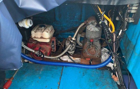 지난 10일 충남 태안군 신도 인근 해상에서 어선위치발진장치(V-PASS)를 끄고 무허가 잠수기조업으로 해삼을 채취하다 해경에 적발된 어선.[사진 태안해경]