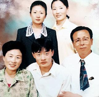 """2000년 6월 중국 옌지(延吉)에서 촬영된 한봉희씨 가족사진. 언니와 남동생이 다롄(大連)으로 먼저 떠나기 전에 """"언제 다시 만날지 모르니 사진을 찍어 두자""""고 해 사진관에 갔다. 오른쪽 아래부터 시계방향으로 아버지(한원채), 남동생, 어머니, 언니, 한봉희씨. /한봉희씨 제공"""