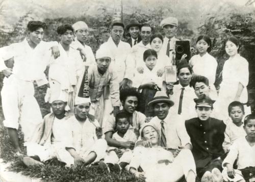 '시집가는 날'의 출연진과 스태프들이 다 함께 찍은 단체 사진. 한국영상자료원 제공