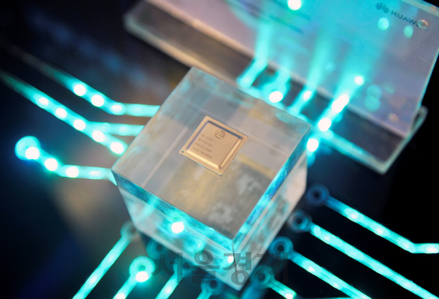 삼성과 하이닉스의 중국 법인이 일본에서 수입하던 에칭가스에 대해서도 일본 정부가 통제에 돌입했다. 사진은 화웨이의 자회사 하이실리콘이 만든 반도체 칩. 이번 조치로 한국기업뿐만 아니라 화웨이 등 중국 기업도 타격이 예상된다.