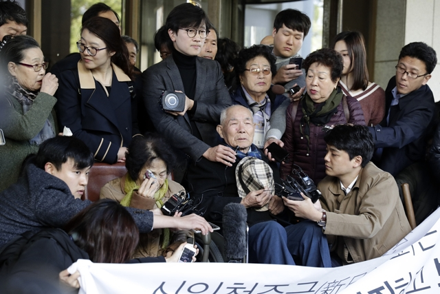 지난해 10월30일 서울 서초구 대법원 앞에서 강제징용 피해자 이춘식(94)씨가 13년8개월 만의 승소 판결 소감을 말하고 있다. 한겨레 김명진 기자