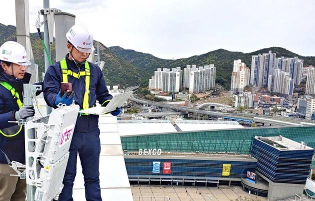 LG유플러스 직원들이 5세대(5G) 이동통신 기지국을 구축하고 있다. (사진=LG유플러스)