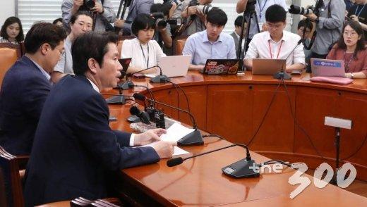 더불어민주당 이인영 원내대표가 21일 오전 서울 여의도 국회에서 기자회견하고 있다. / 사진=홍봉진 기자 honggga@