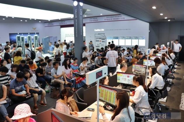 '청량리역 롯데캐슬 SKY-L65' 모델하우스에서 상담을 기다리는 예비 청약자들.(자료 롯데건설)