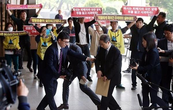 신현우 전 옥시 대표가 2016년 검찰에 출석하는 모습. 신 전 대표에게는 징역 6년형이 확정됐다. [연합]