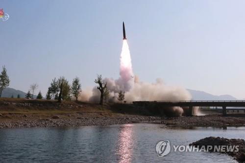 """합참 """"北, 원산서 동해로 단거리미사일 2발 발사"""" [연합뉴스 자료사진]"""