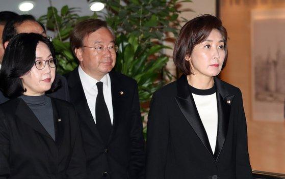 나경원 자유한국당 원내대표가 21일 오후 고 김홍일 전 의원의 빈소가 마련된 서울 신촌 세브란스 병원 장례식장으로 들어서고 있다. [중앙포토]