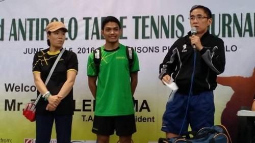 2018 마닐라 오픈 때 단상에 올라 팬들에게 소개되고 있는 권미숙 감독(오른쪽)과 잔잔(가운데).