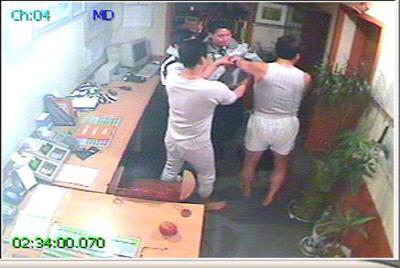 2008년 2월 17일 새벽 2시 신고를 받고 출동한 렌터카 내 CCTV 화면. 상하의를 탈의한 사장 윤모씨가 경찰과 실랑이를 벌이는 장면이 찍혀 있다.