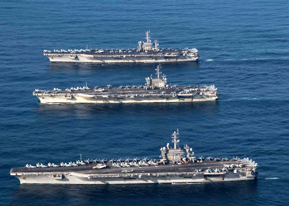 12일 미국의 핵 추진 항공모함 3척이 12일 동해상의 한국작전구역(KTO)에 모두 진입해 우리 해군 함정과 고강도 연합훈련을 하고 있다. 2017.11.12 미국 7함대 페이스북