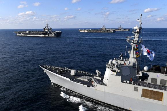 미국의 항공모함 3척이 12일 동해상의 한국작전구역(KTO)에 진입해 우리 해군 함정과 고강도 연합훈련을 하고 있다. 사진 앞쪽 우리 해군의 이지스구축함 세종대왕함(DDG-991)과 맨 왼쪽부터 루즈벨트함(CVN-71), 로널드레이건함(CVN-76), 니미츠함(CVN-68). 2017.11.12 해군 제공