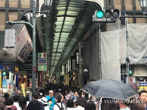 오사카(大阪)의 번화가 난바를 가득 메운 관광객들의 모습. [연합뉴스 자료사진]