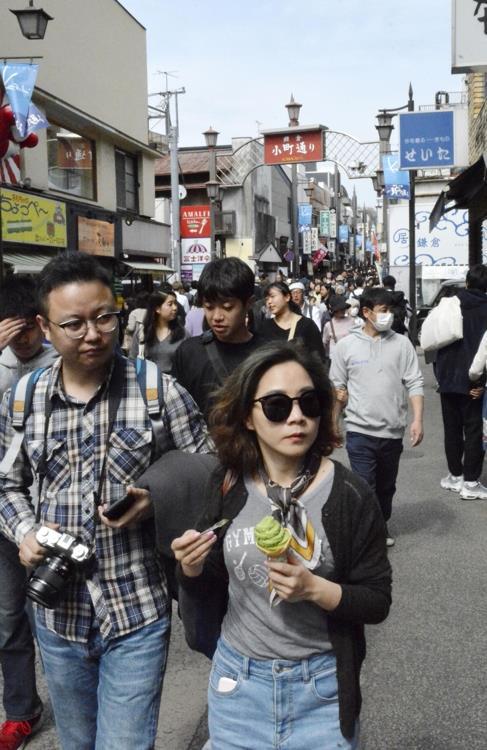 일본 관광지 가마쿠라(鎌倉)시 번화가의 관광객들[교도=연합뉴스 자료사진]