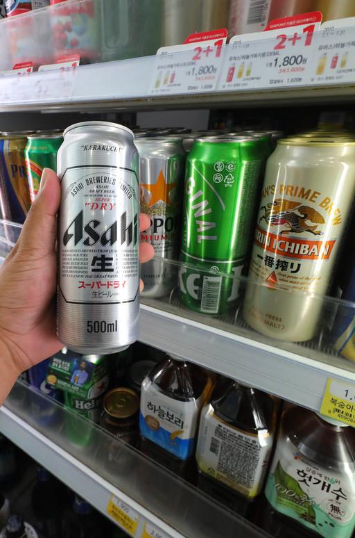 GS25와 CU, 세븐일레븐, 이마트24 등 편의점 업계가 다음달부터 맥주할인 행사에 일본맥주를 제외하기로 하면서 아사히 등 일본맥주의 점유율이 더 떨어질 전망이다. 뉴시스