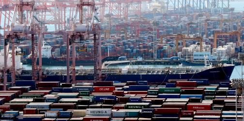 항만에 수출을 기다리는 컨테이너가 쌓여 있다.