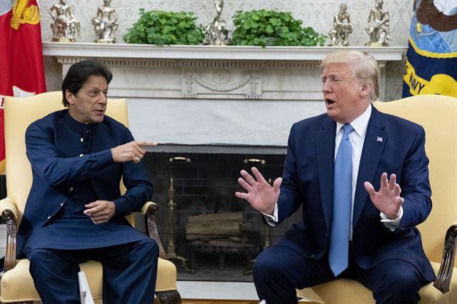 지난달 22일 미국 워싱턴 백악관에서 임란 칸(왼쪽) 파키스탄 총리와 도널드 트럼프 미 대통령이 정상회담을 하고 있다. 칸 총리의 이번 방미길에는 파키스탄 군과 정보국의 고위 관계자들도 대거 동행했다. 워싱턴=EPA 연합뉴스