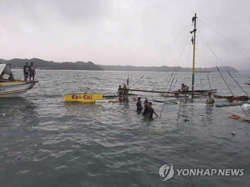 악천후에 침몰한 필리핀의 연락선 [필리핀 적십자 제공/AFP=연합뉴스]