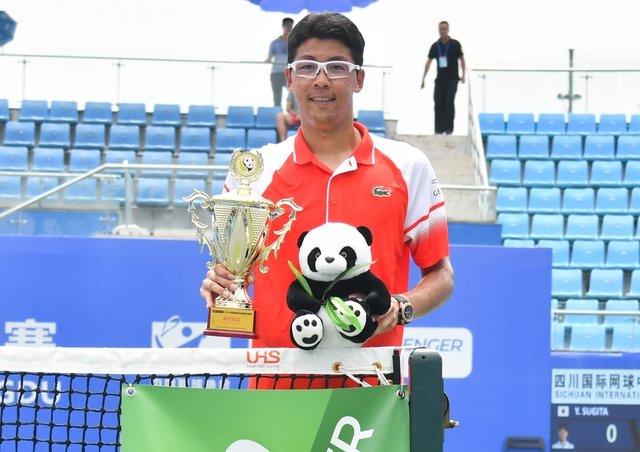 정현은 지난 4일 중국에서 열린 남자프로테니스 청두 인터내셔널 챌린저대회 결승에서 스기타 유이치를 2-0으로 꺾고 우승을 차지했다. 지난 2017년 마우이 대회 이후 2년 6개월만이자, 자신의 통산 9번째 챌린저 단식 우승이다.