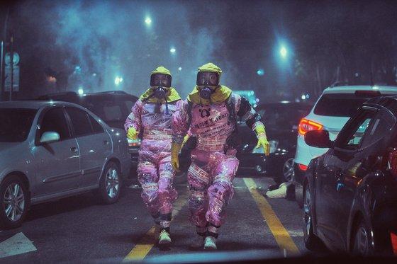 개봉 6일만에 300만 관객을 돌파한 코믹 재난 영화 '엑시트'. 유독가스가 주인공들을 덮치자, 스크린 양옆에서도 흰 연기가 쏟아져 나왔다. 왼쪽부터 주연 임윤아와 조정석이다. [사진 CJ엔터테인먼트]