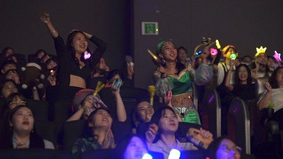 지난달 19일 서울 CGV용산아이파크몰에서 열린 '알라딘' 댄서롱 현장엔 130여명 관객이 모였다. 저마다 자스민 공주, 알라딘 등 극중 캐릭터를 코스프레한 모습으로 춤추고 노래하며 흥을 만끽했다. [사진 CJ CGV]