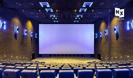 메가박스 사운드 특화관 MX관. 스크린 양옆과 상영관 천장에 줄지어 보이는 푸른빛 박스가 모두 스피커다. 이 스피커를 통해 360도 입체음향을 제공한다. [사진 메가박스]