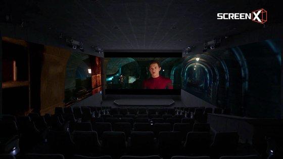 '스파이더맨:파 프롬 홈' 스크린X 화면. 전방의 스크린에 더해 좌우 두 면까지 영상이 확장되어 보인다. 스크린X 포맷을 위해 특별히 제작한 버전을 상영한다. [사진 CJ CGV]