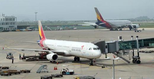 (사진) 아시아나 항공기가 인천국제공항에서 출발을 기다리고 있다. /연합뉴스