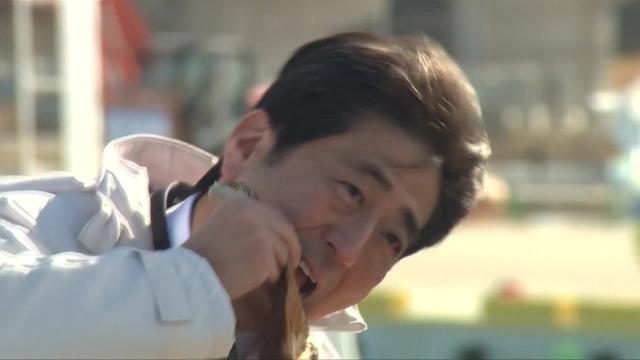 후쿠시마 수산물 시식 퍼포먼스하는 아베 총리