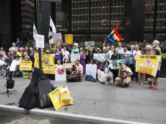 히로시마와 나가사키 원자폭탄 투하를 추모하기 위해 뉴욕 주재 일본 총영사관 앞에서 모인 비욘드 뉴클리어 사람들.