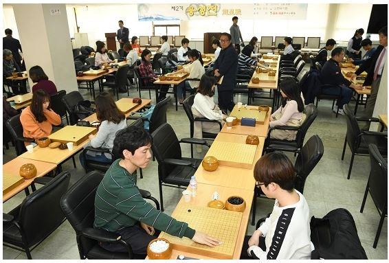지난 3월 서울 홍익동 한국기원에서 열렸던 '제2기 용성전'에 참가한 선수들이 예선전을 벌이고 있다. 한국기원 제공