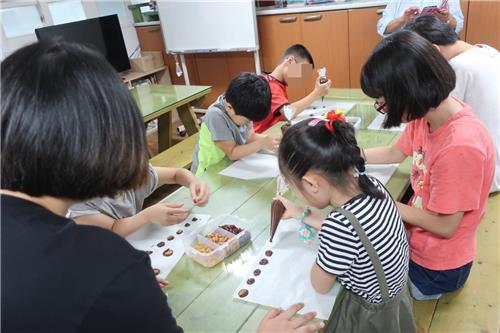 한 지역아동센터의 미술 수업 모습. 기사와 직접적 관련 없음 [한국지역아동센터연합회 제공]