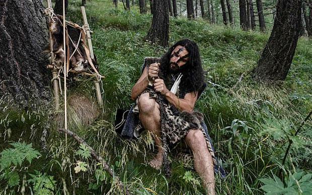'네안데르탈인'의 삶을 자처한 남성이 원시 생존법을 전파하고 있다. 귀도 카미아(37)는 지난 5년간 이탈리아 알프스에서 곤충을 먹고, 부싯돌로 불을 지피고, 동굴에 피난처를 짓는 등 구석기 시대 원시인의 생활 양식을 따르며 생활했다. 맨발로 들판을 누비며 죽창으로 물고기를 잡고, 옷은 동물 가죽으로 대신했다./사진=AFP