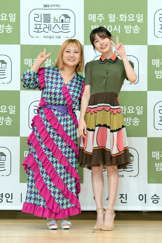 <p>The start of a week to be responsible, bright and warm, the healing art has come!</p><p>8 July 12, MOK-Dong, Seouls SBS headquarters SBS Hall in SBS new Monday-Tuesday call for little forest production presentation took place. The scene in the photo, Lee Seung-gi, Park Na-rae, Jung So-min, including program directing for Kim PD with was.</p><p>Little forestis a lush, nature, children, friends and the like, mingle, and eat healthy foods and feel happy that you can childrens landis present, but which begins with a program. Without my parents, uncle and aunt, and friends with children of Gangwon take every country 1 Night 2 days, a authentic heal for it.</p><p>SBS little forestto terrestrial 3 between the first October and Tuesday night at 10 oclock drama instead of art to organized. The first titleon the viewers little forestfor the anticipation was great and expectations as the program is first broadcast from the viewership 6. 8%(Part 2)for the record, here to see my smile and saw stimulation, but not in the goodto viewers of the critically acclaimed the pleasure of ever was.</p><p>Making presentations in Kim PD cast, with all the children is good gifts to give that authenticity to our program has made,said planning of To explained. He said: in fact, to approve the SEED program of the seed. Butler from itselfand co-directing the kids when they talked about a lot was, and children need that gift to be able to create a program that tell what the story was,he said. This Lee Seung-gi is little forestthe children entertained and happy for a clean example will. While shooting broadcast fun is also important, but the most important thing first and also the second is the safety of the kids was. Children not only have fun playing the environment if its made,he said.</p><p>Little forestof fresh members, the combination of viewers interested in was enough. That time various broadcast activities over each of the arts build character, Park Na-rae, this in the photos, Lee Seung