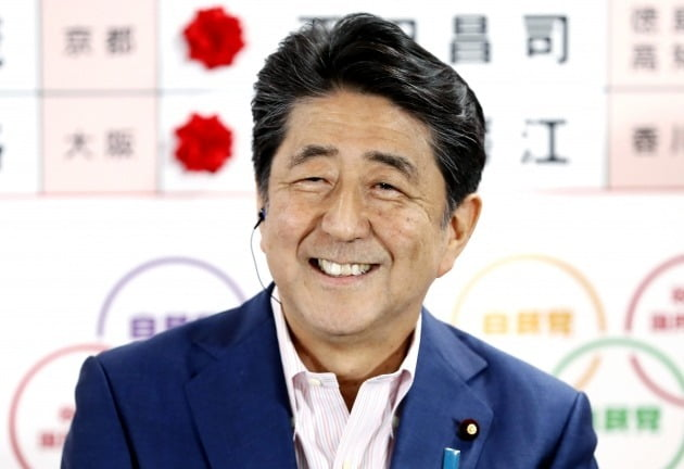 아베 신조 일본 총리가 제25회 참의원 선거가 실시된 7월 21일 도쿄 자민당 당사에서 기자회견을 하며 활짝 웃었다. 자민당이 과반 확보에 성공해서다. 다만 공민당  등여당 개헌 세력은 최대 쟁점이었던 개헌 발의선 유지에는 실패했다. 사진=연합뉴스