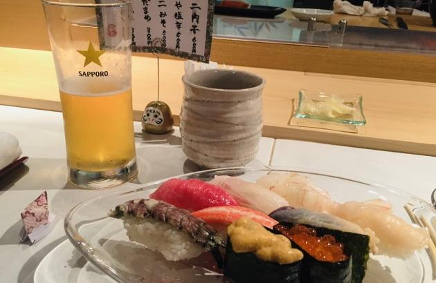 한국인이 일본 현지 관광 때 즐겨 먹는 스시에 삿포로 맥주를 곁들인 식사 풍경. 사진=뉴스래빗