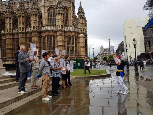 런던서도 '노 아베, 노 재팬' (런던=연합뉴스) 박대한 특파원 = 12일(현지시간) 런던 웨스트민스터 의사당 건물 인근에서 일본 정부의 경제보복 조치를 규탄하는 재영 한인 집회가 열렸다. 참가자들이 플래카드를 들고 '노 아베, 노 재팬'을 외치는 모습. 2019.8.12  pdhis959@yna.co.kr