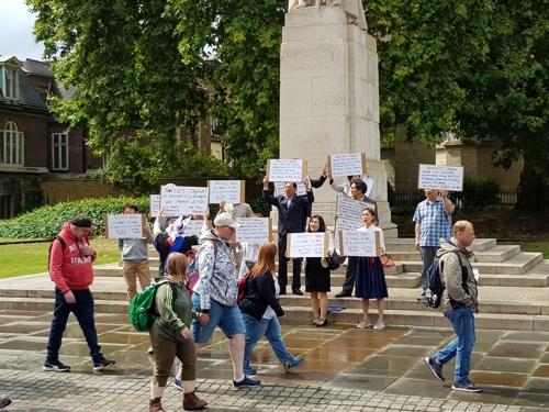 영국 런던 중심가서 일본 불매운동 선언하는 재영 한인들 (런던=연합뉴스) 박대한 특파원 = 12일(현지시간) 런던 웨스트민스터 의사당 건물 인근에서 일본 정부의 경제보복 조치를 규탄하는 재영 한인 집회가 열렸다. 참가자들이 지나가는 관광객들에게 '노 아베, 노 재팬'을 외치는 모습.  2019.8.12  pdhis959@yna.co.kr