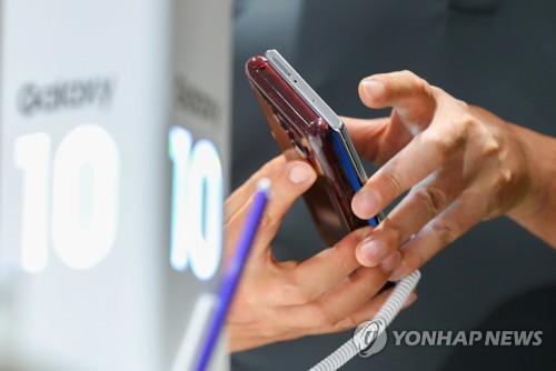 '갤럭시노트10, 이번에 바꿔볼까?' (서울=연합뉴스) 김도훈 기자 = 삼성전자가 갤럭시노트10·갤럭시노트10 플러스를 공개한 8일 서울 강남구 삼성전자 딜라이트샵에서 방문객이 자신의 휴대전화와 제품을 비교해보고 있다.      삼성전자는 두 제품에 대한 국내 사전판매를 9일부터 19일까지 진행하고, 23일 정식 출시한다. 2019.8.8 superdoo82@yna.co.kr