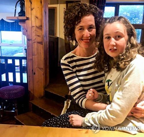 발달장애가 있는 영국소녀 노라와 엄마 [AFP=연합뉴스]