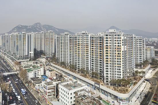 서울 아파트 전세가율이 7년 전 수준으로 떨어지면서 부동산 시장에 어떤 영향을 미칠지 관심이 쏠린다. 사진은 서울 강북권 아파트 전경.