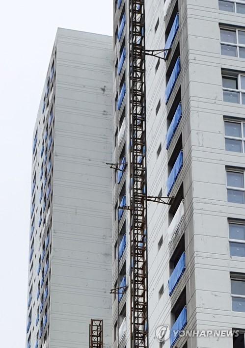 속초 아파트 공사용 승강기 사고 흔적 (속초=연합뉴스) 이종건 기자 = 14일 오전 강원 속초시 조양동의 한 아파트 건축 현장에서 공사용 엘리베이터가 15층 높이에서 추락하는 사고가 발생했다. 오른쪽의 정상 설치된 승강기와 비교해 왼쪽은 승강기 구조물을 지지하는 장비가 뜯겨나간 흔적이 보인다. 소방당국은 이 사고로 3명이 사망하고 3명이 부상한 것으로 추정하고 있다. 2019.8.14 momo@yna.co.kr