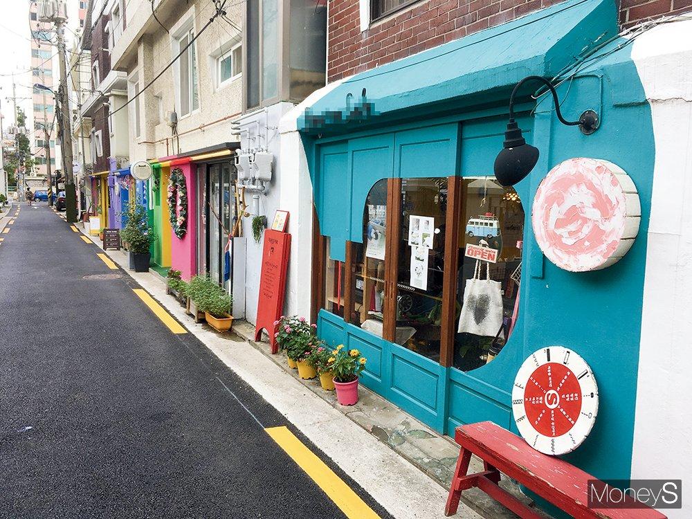 서울 홍대·연남동 일대에는 외면받던 공간을 활용해 개성을 더한 다양한 상점이 밀집해 있다. /사진=이한듬 기자