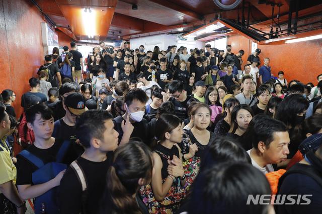 【홍콩=AP/뉴시스】 18일 시위에 참여하기 위해 홍콩 시민들이 지하철을 타고 이동하고 있다. 사진은 빅토리아 파크 근처 역사의 모습. 2019.8.18.